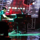 Matthew Bellamy on piano